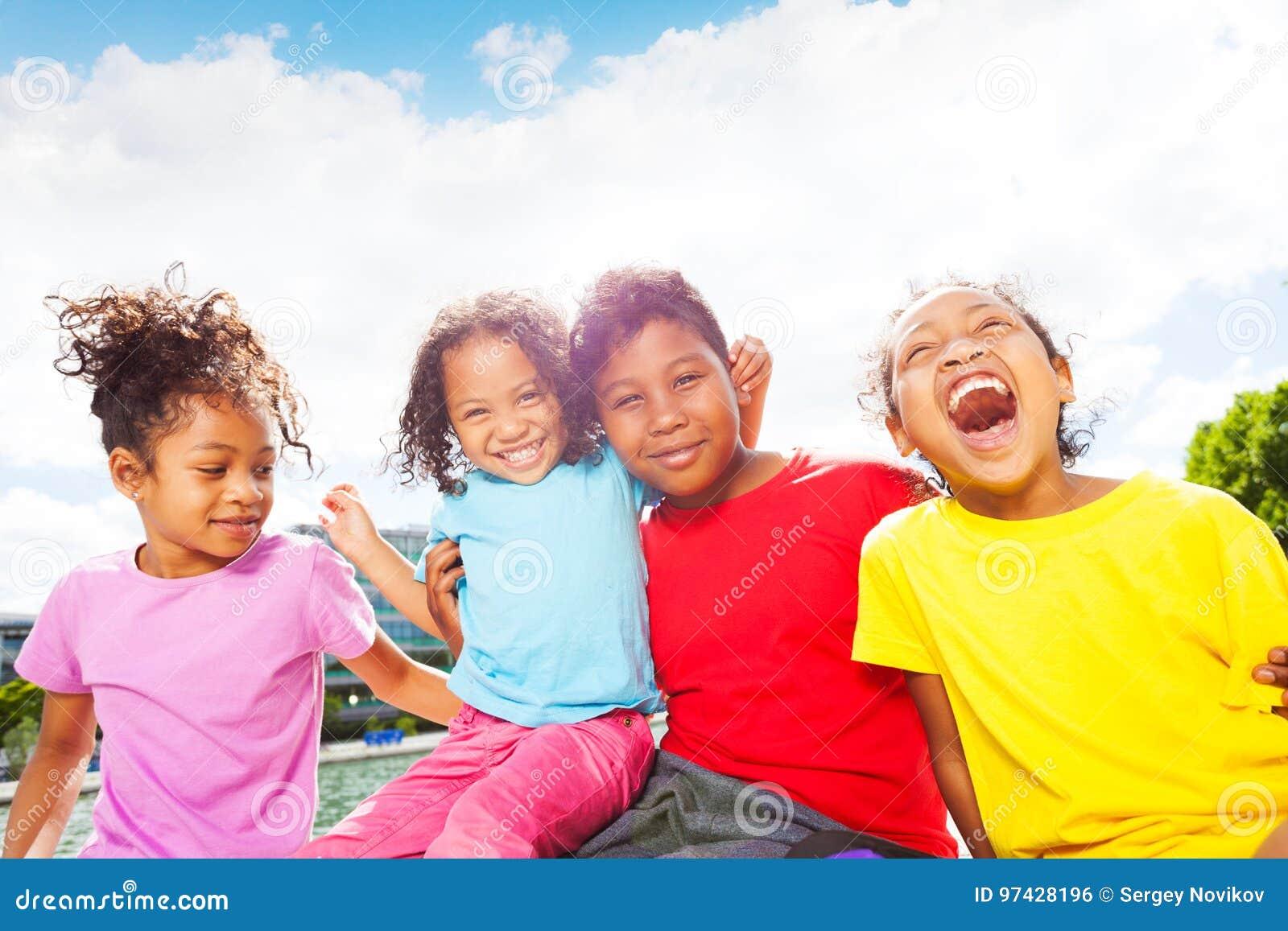 Afrikanska barn som har rolig det fria i sommartid