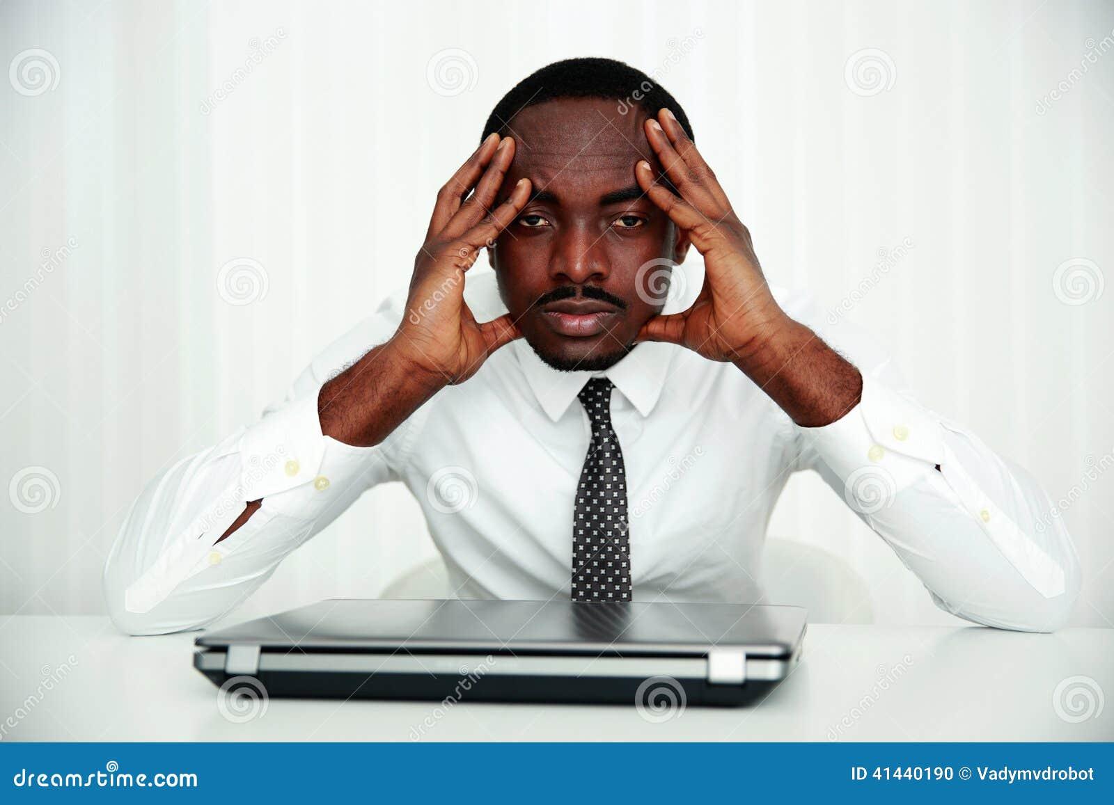 Afrikanskt affärsmansammanträde på hans arbetsplats
