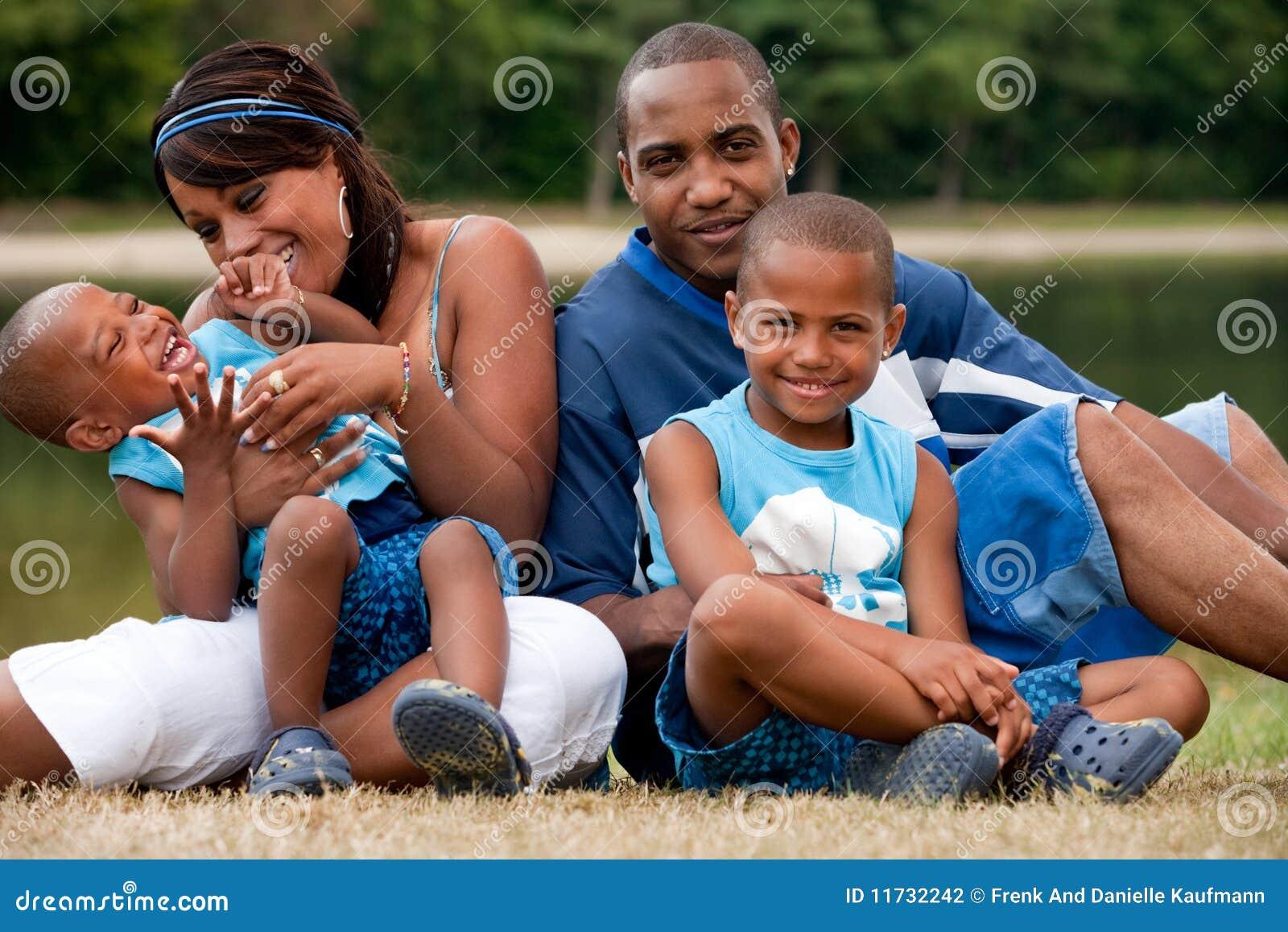 Afrikanskt leka för barnfamilj som är mest ung