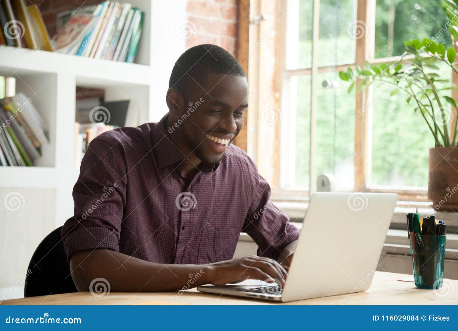 Afro-américain enthousiaste heureux avec de bonnes informations commerciales