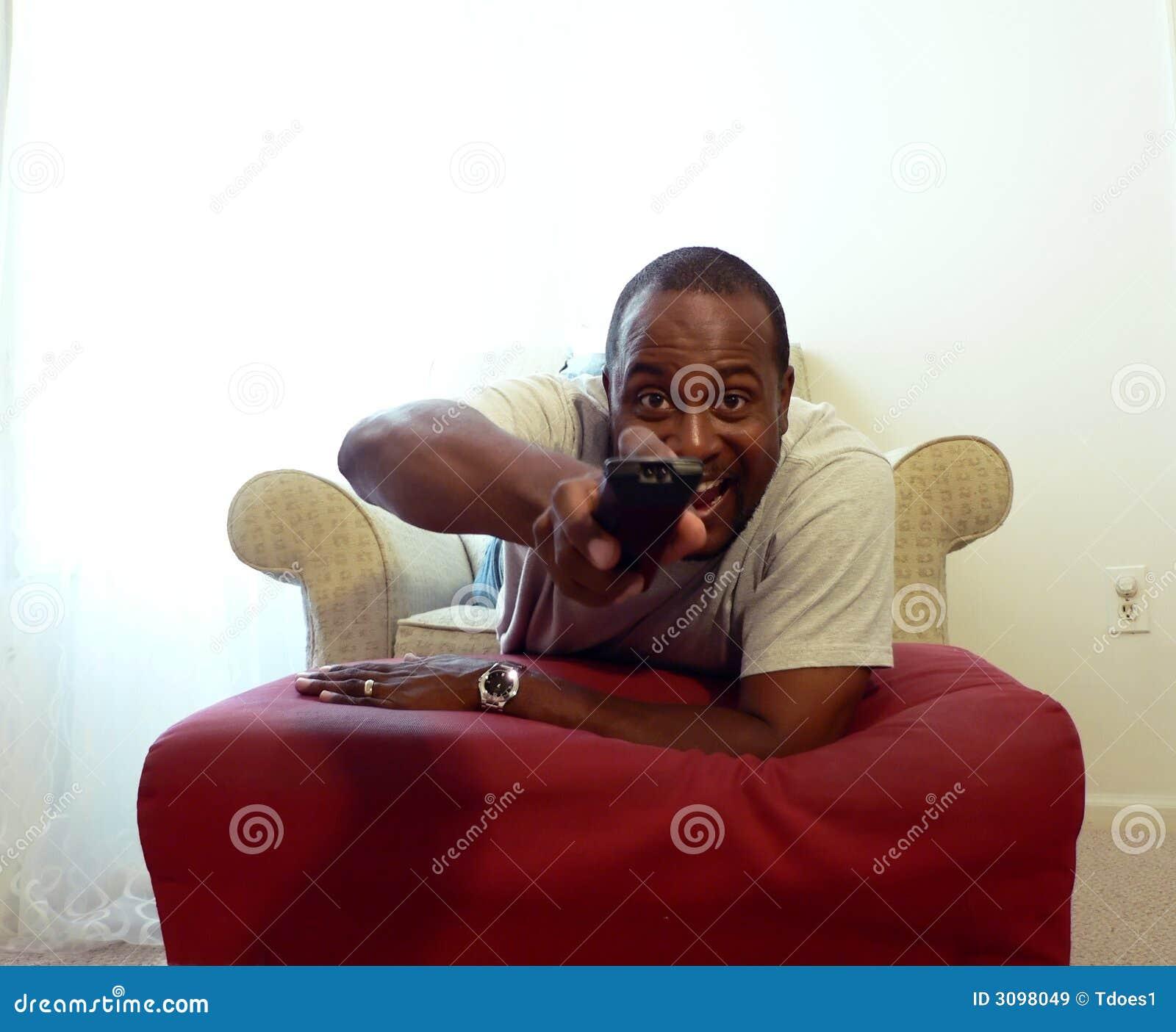 Afro-américain regardant TV 2