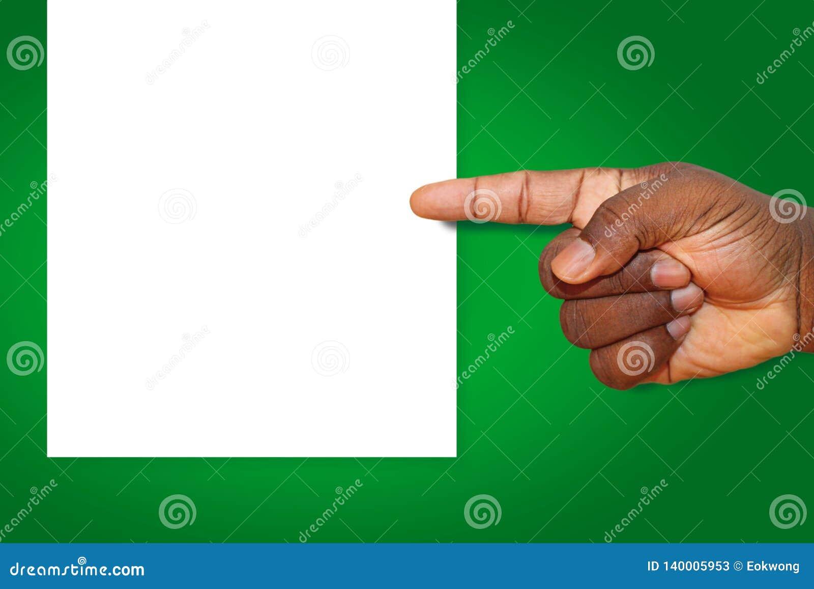 Afro-americano, mão do homem negro apontando a esquerda em uma folha de papel vazia