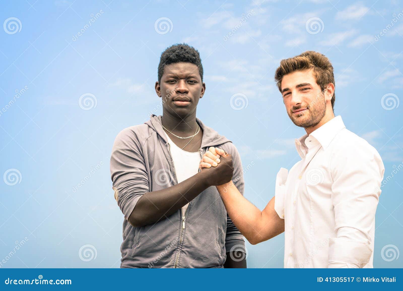 Afro-Amerikaanse en Kaukasische mensen die handen schudden