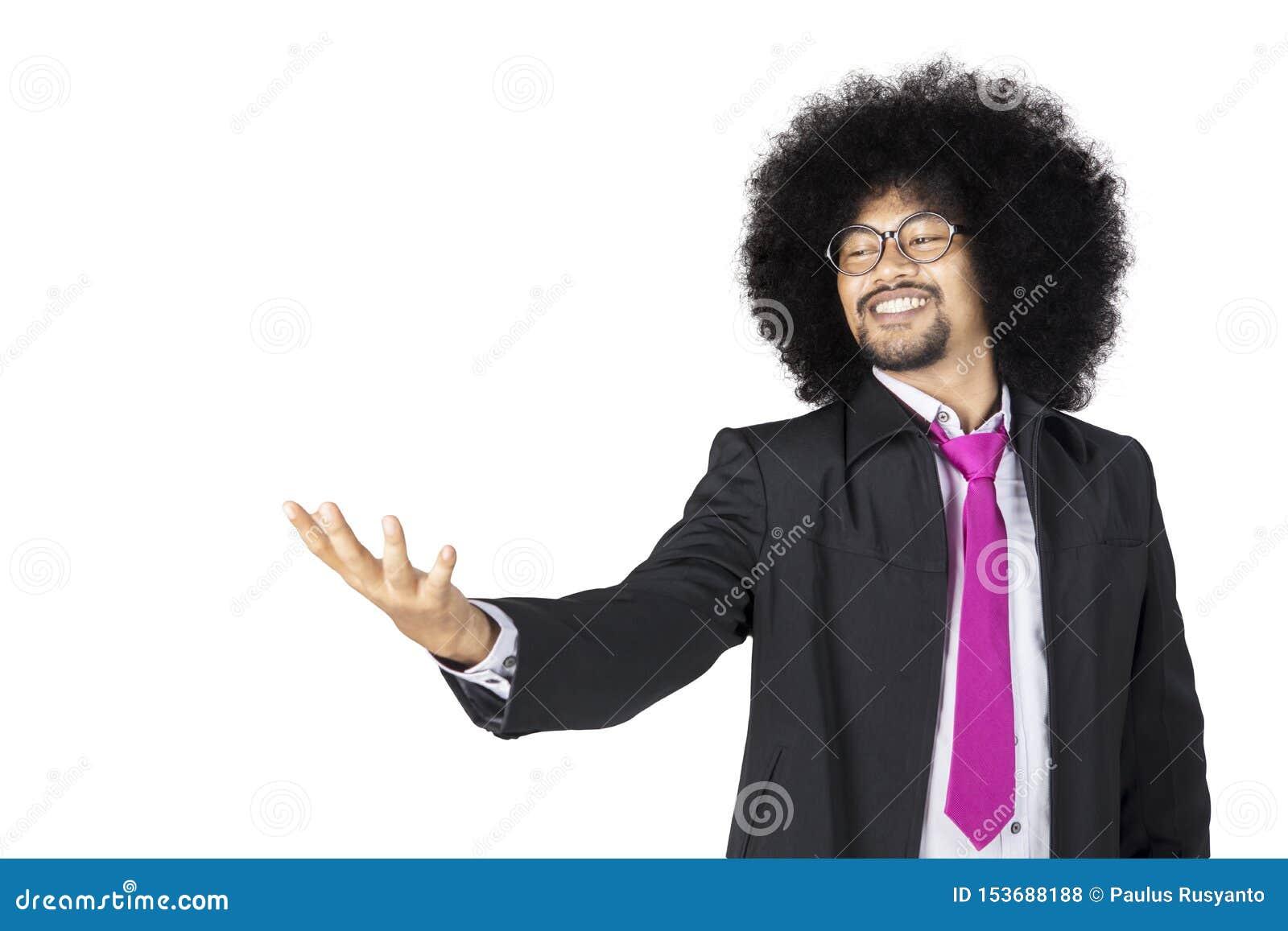 Afro biznesmena mienie coś na jego ręce