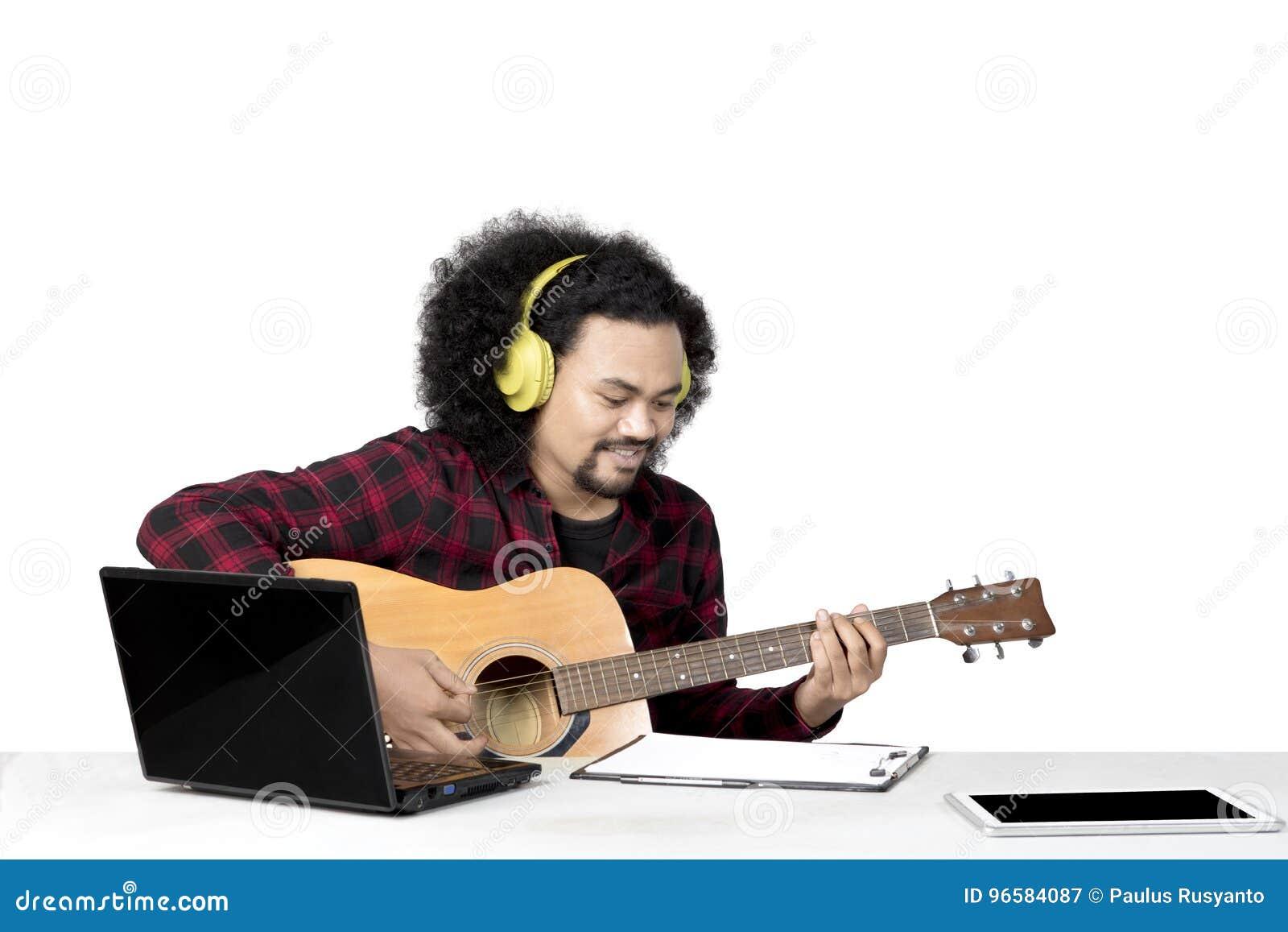 Afro mężczyzna bawić się gitarę na studiu