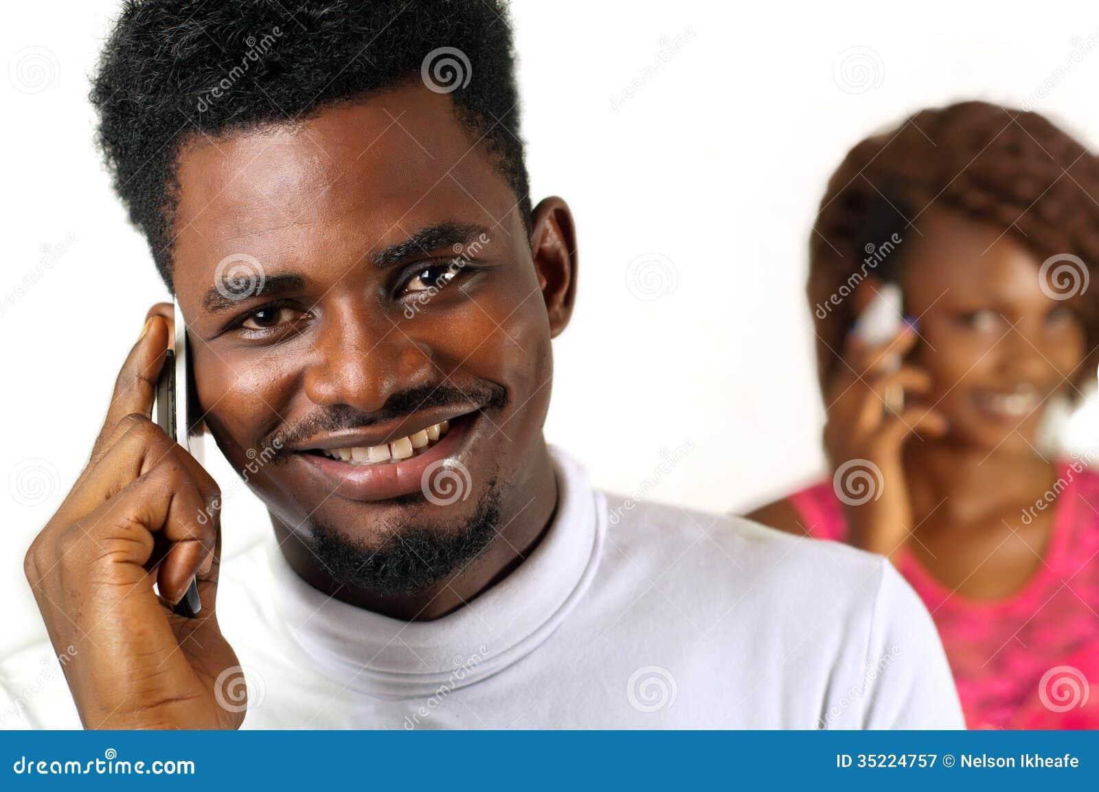 Afro- man på mobiltelefonen
