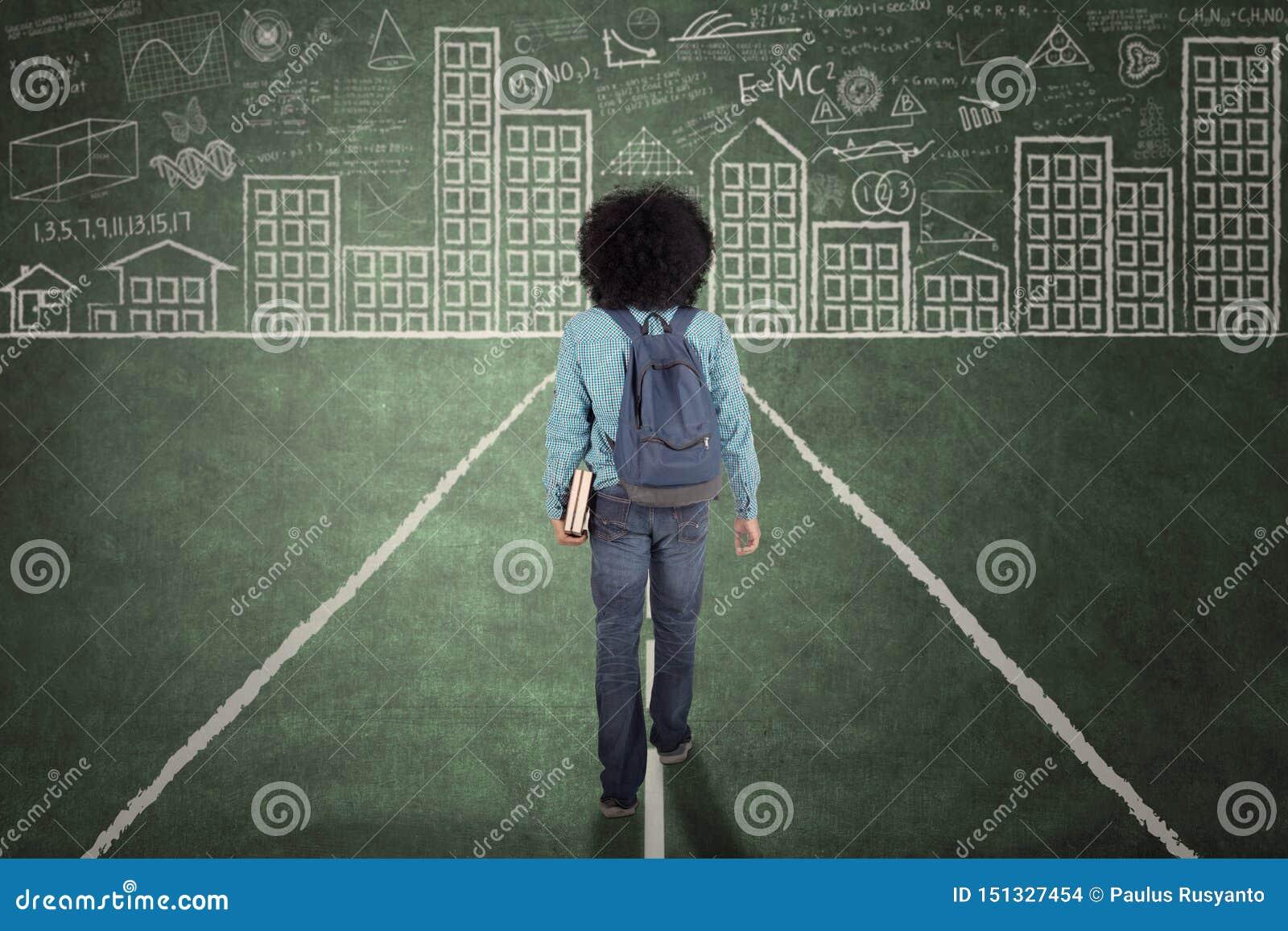 Afro student collegu odprowadzenie na chalkboard