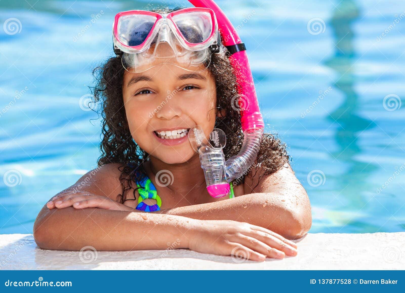Afroamerikaner-Biracial Mädchen-Kind im Swimmingpool