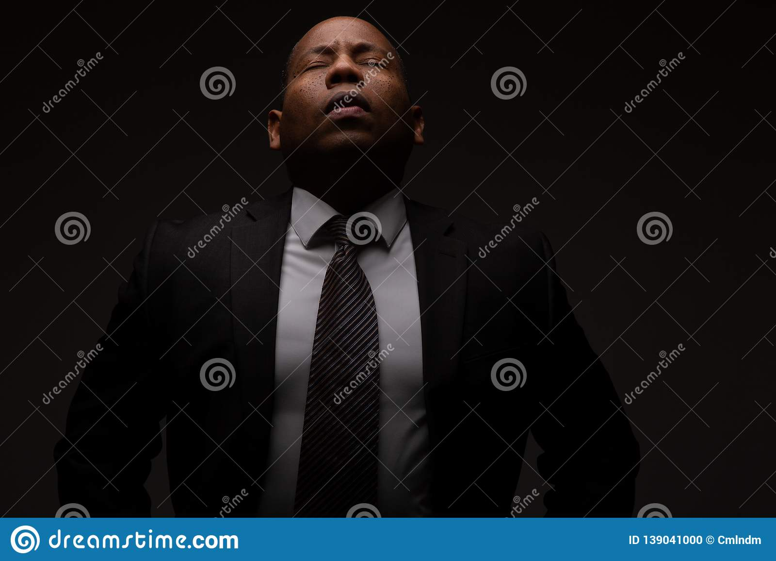 Afroamerikaner Christian Man Praying und suchende Anleitung vom Gott