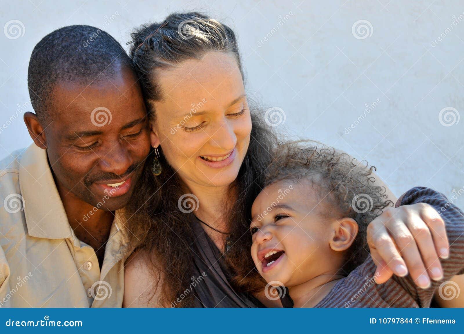 Afroamerikanerehemann, kaukasische Frau und Sohn