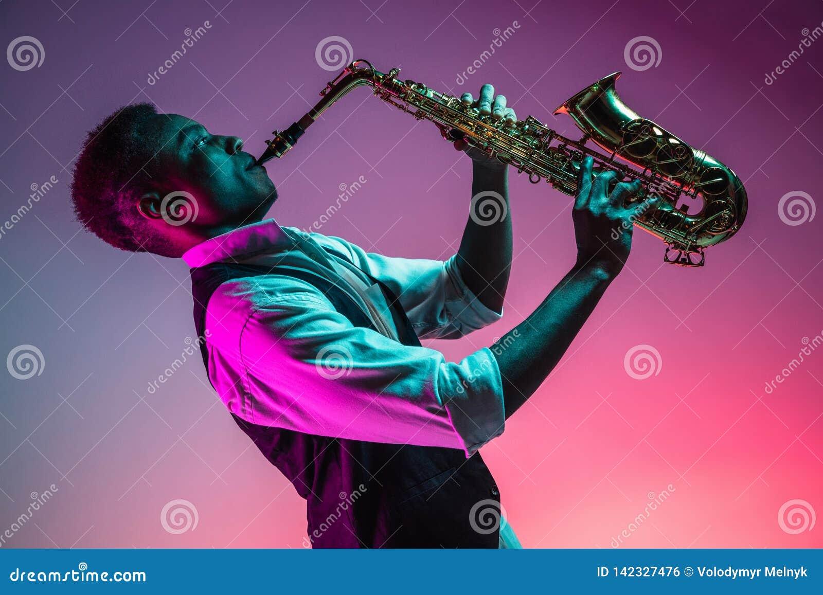 Afroamerikanerjazzmusiker, der das Saxophon spielt