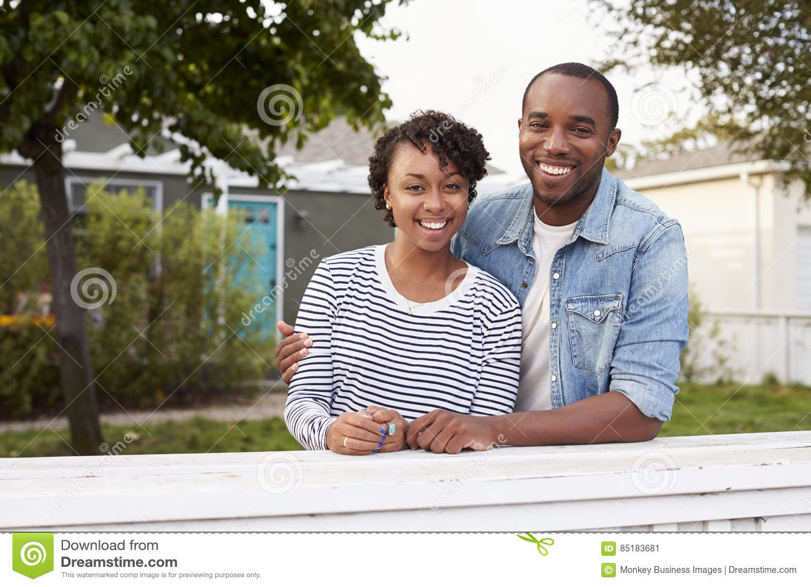 Afroamerikanerpaare schauen zur Kamera außerhalb ihres Hauses