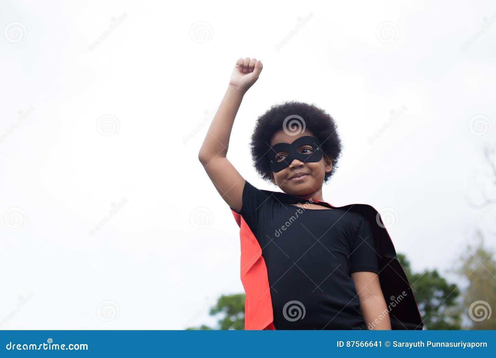 Afroamerikanersuperheldkind auf Produkteinführungsposition - mit Kopienraum