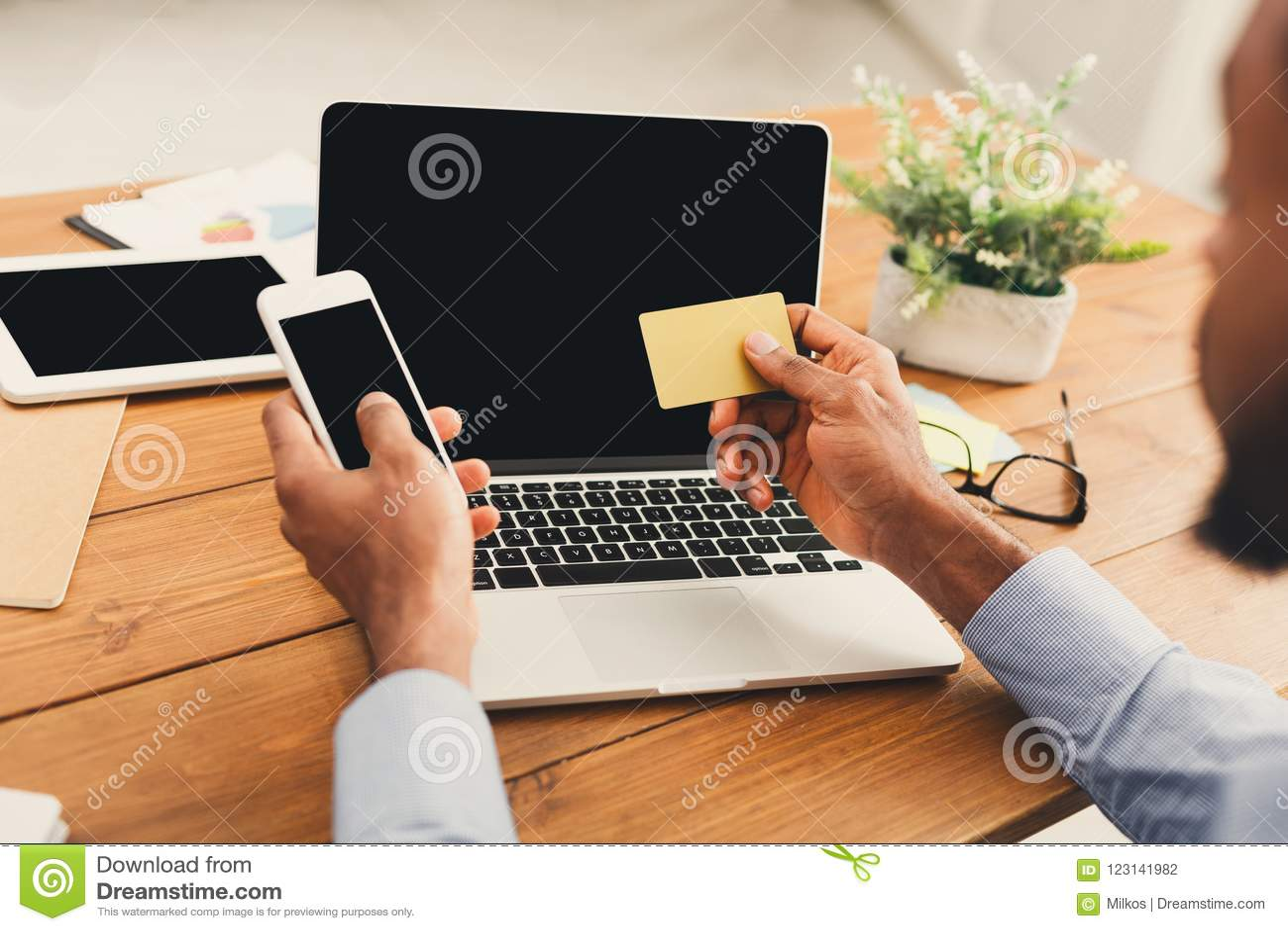 Afroamerykański biznesmen pisać na maszynie na smartphone