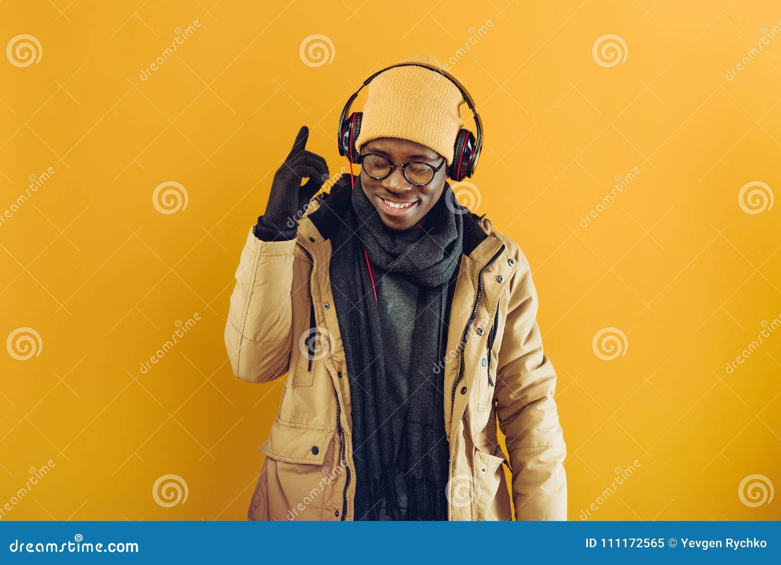 Afroamerykański mężczyzna słucha muzyka w hełmofonach