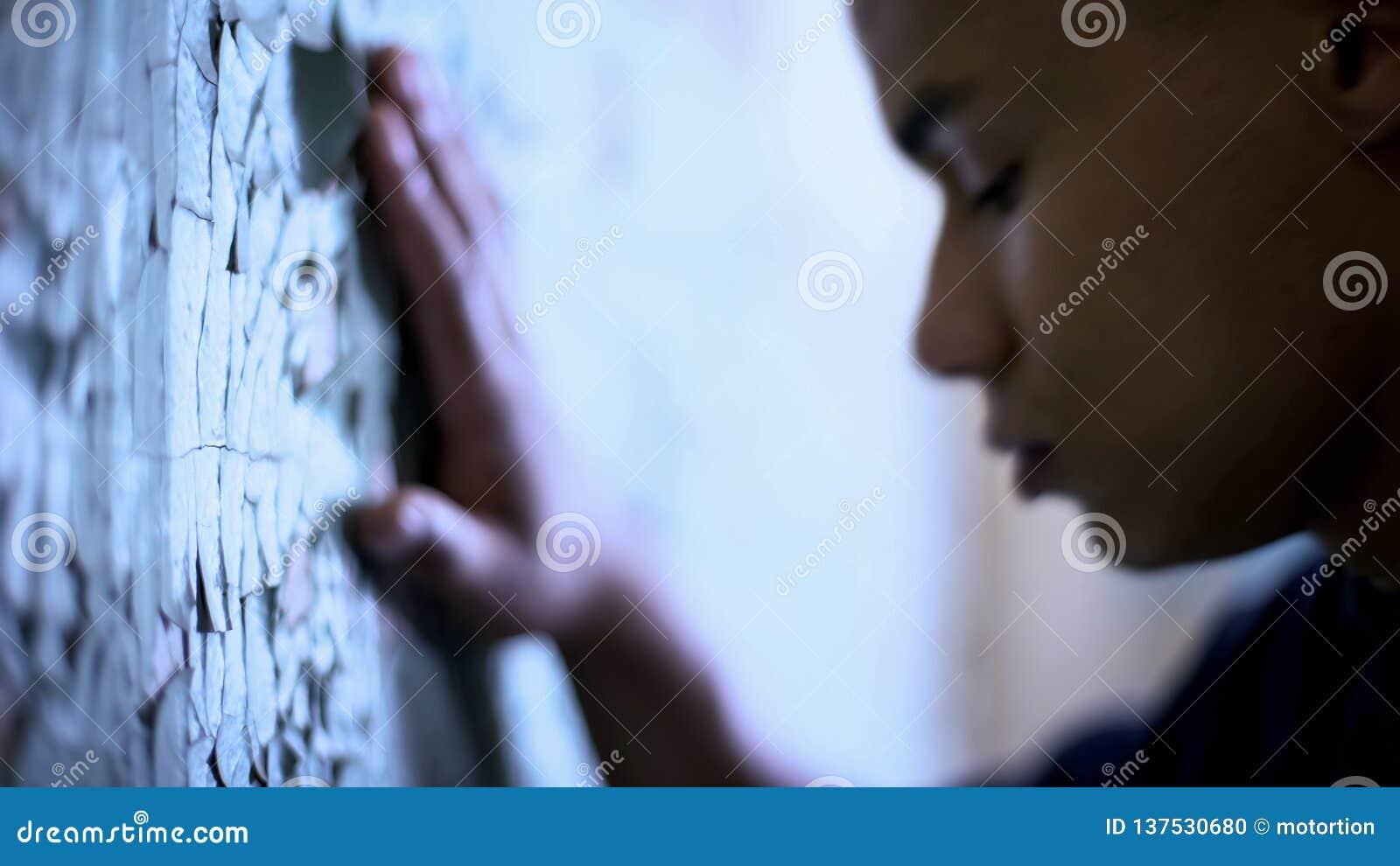 Afroe-amerikanisch jugendlich rührende flockige Wand-, Armut- und Lebenschwierigkeiten, Traurigkeit