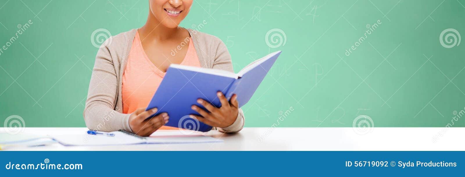 Afroes-amerikanisch Studentenmädchen-Lesebuch in der Schule