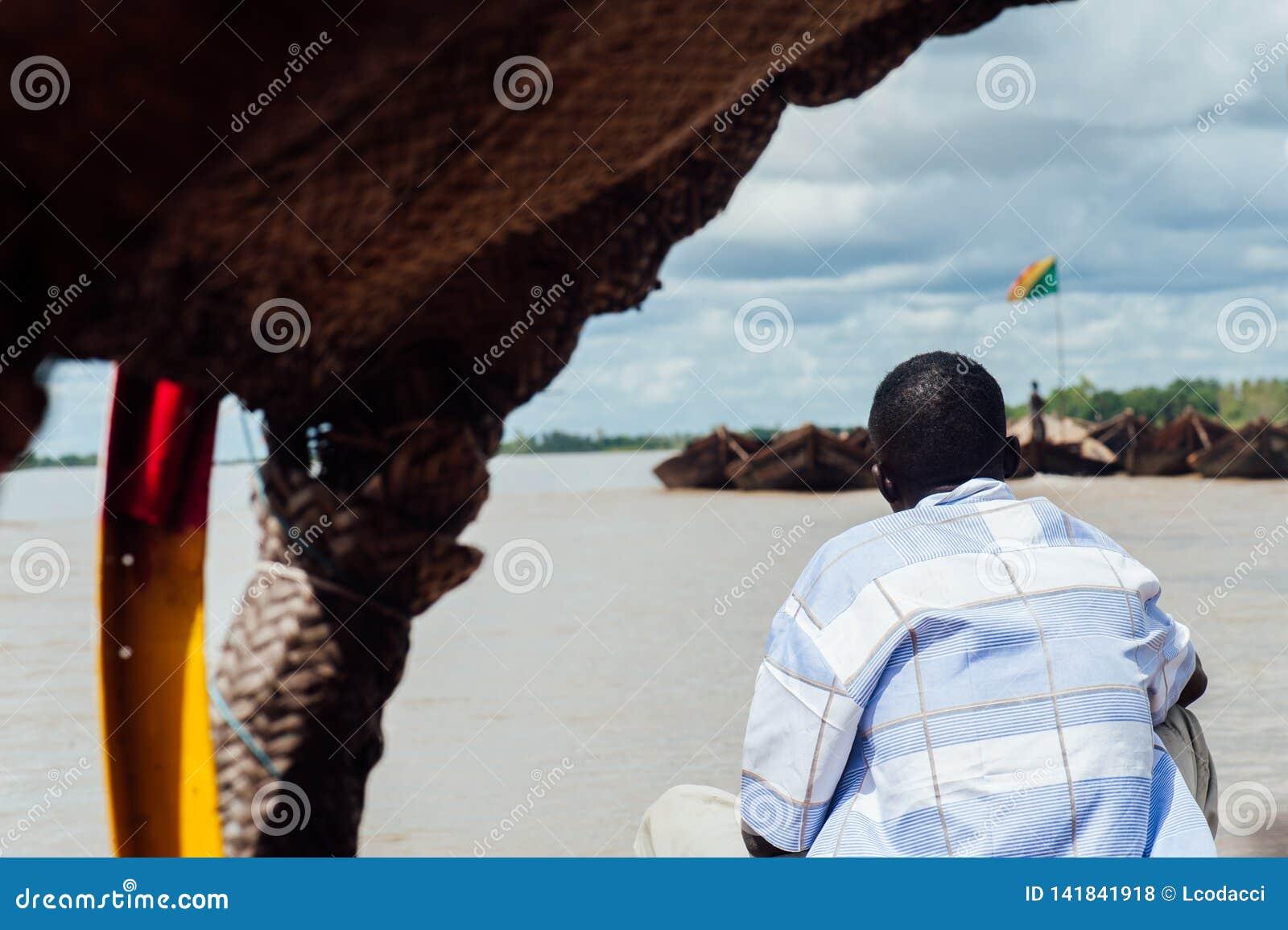 Afrykańscy murzyni łowi na Niger rzece