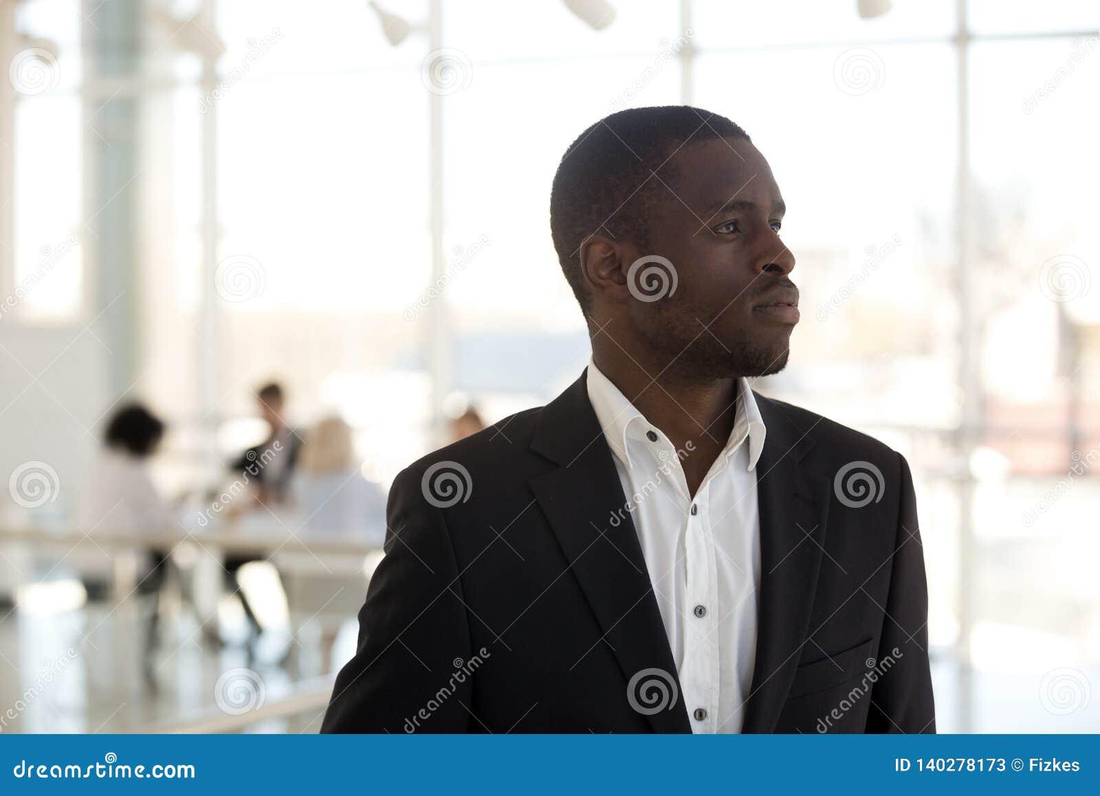 Afrykańska biznesmen pozycja w biurowy myślący patrzeć daleko od