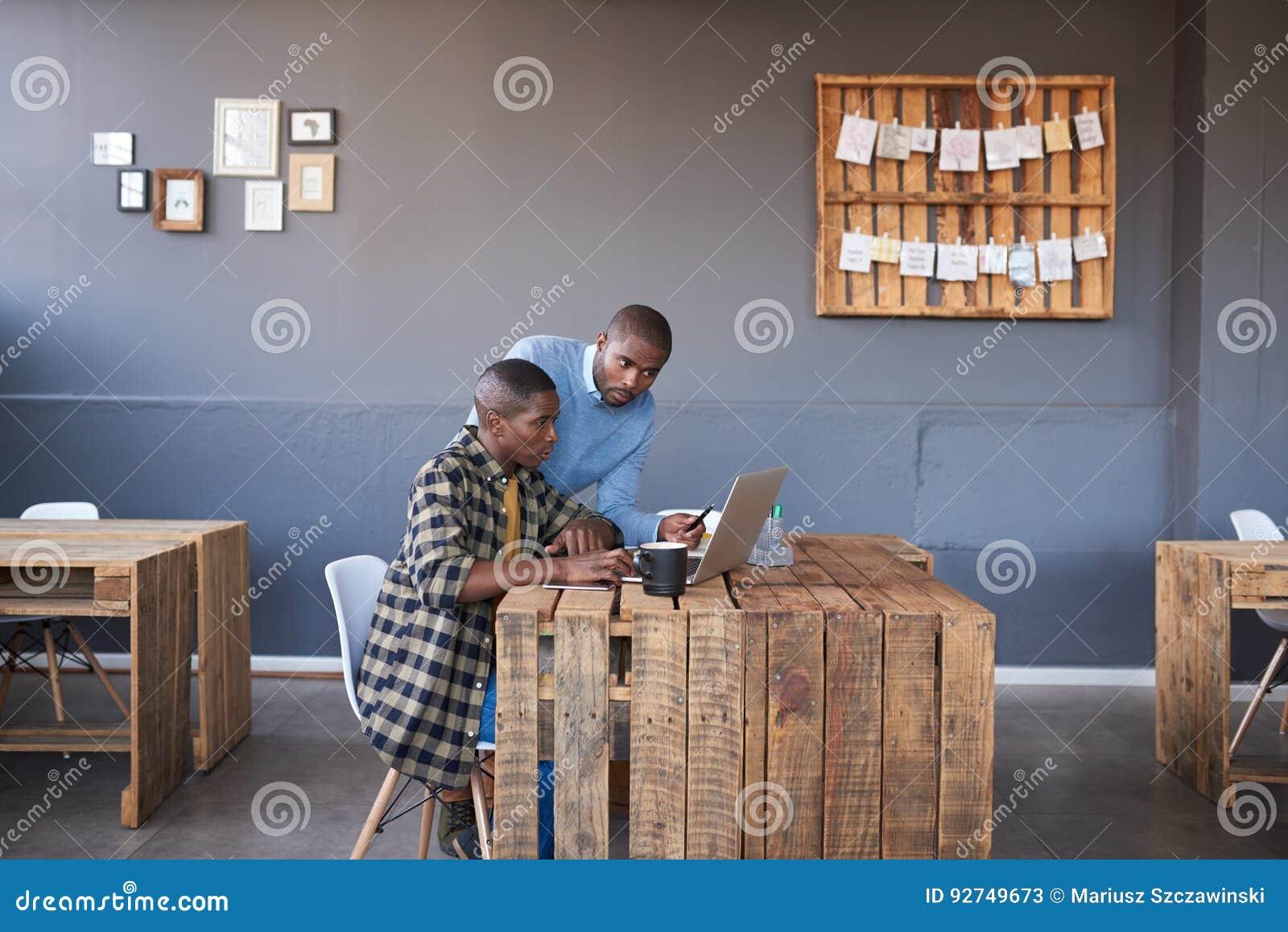Afrykańscy biznesmeni pracuje na laptopie wpólnie w biurze