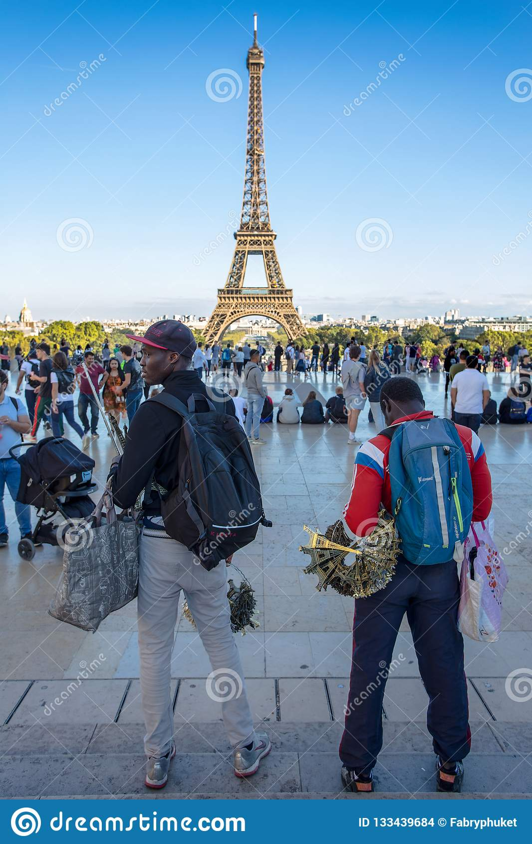Afrykańscy imigranci sprzedają pamiątki mała wieża eifla Przy Trocadero, w Paryż, Francja