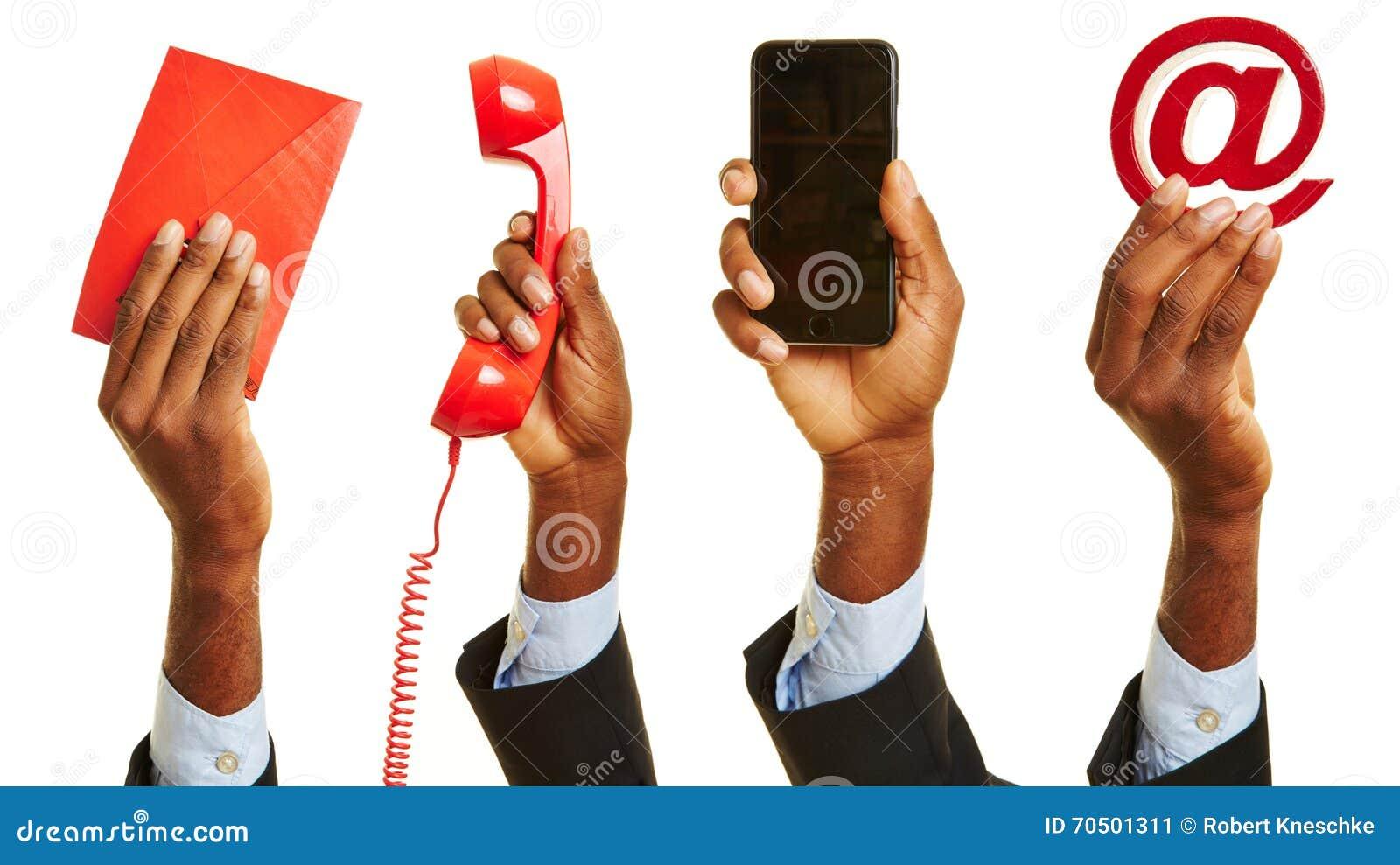 Afrykańska ręka pokazuje obsługa klienta kontakt
