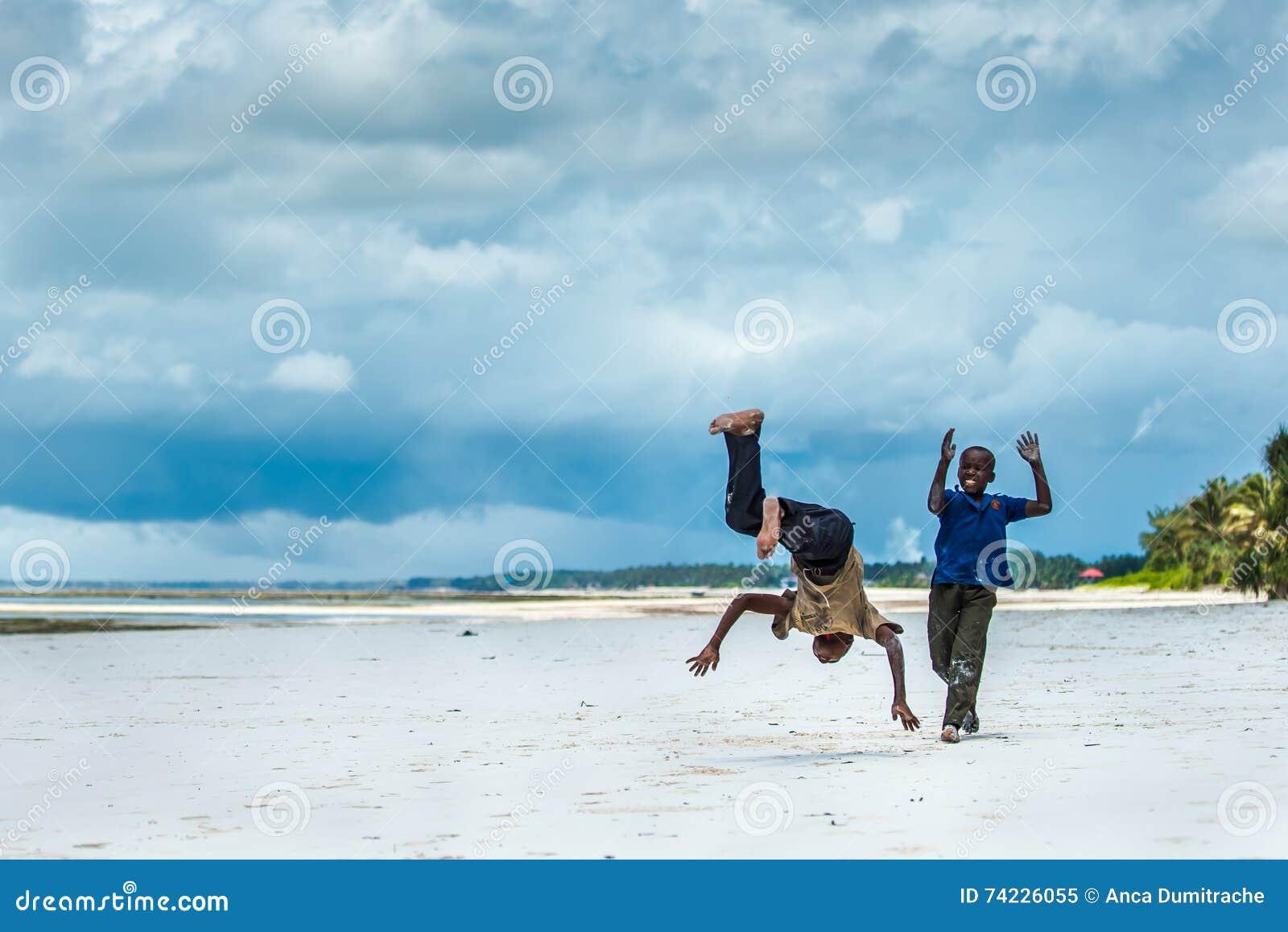 Afrykański dzieci bawić się