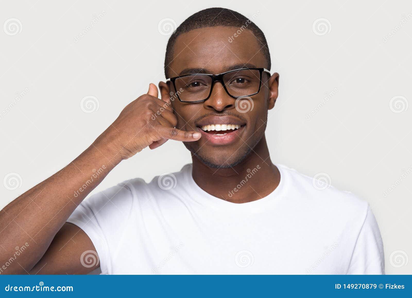 Afryka?ski m??czyzna w eyeglasses robi gestowi z r?ki wezwaniem ja