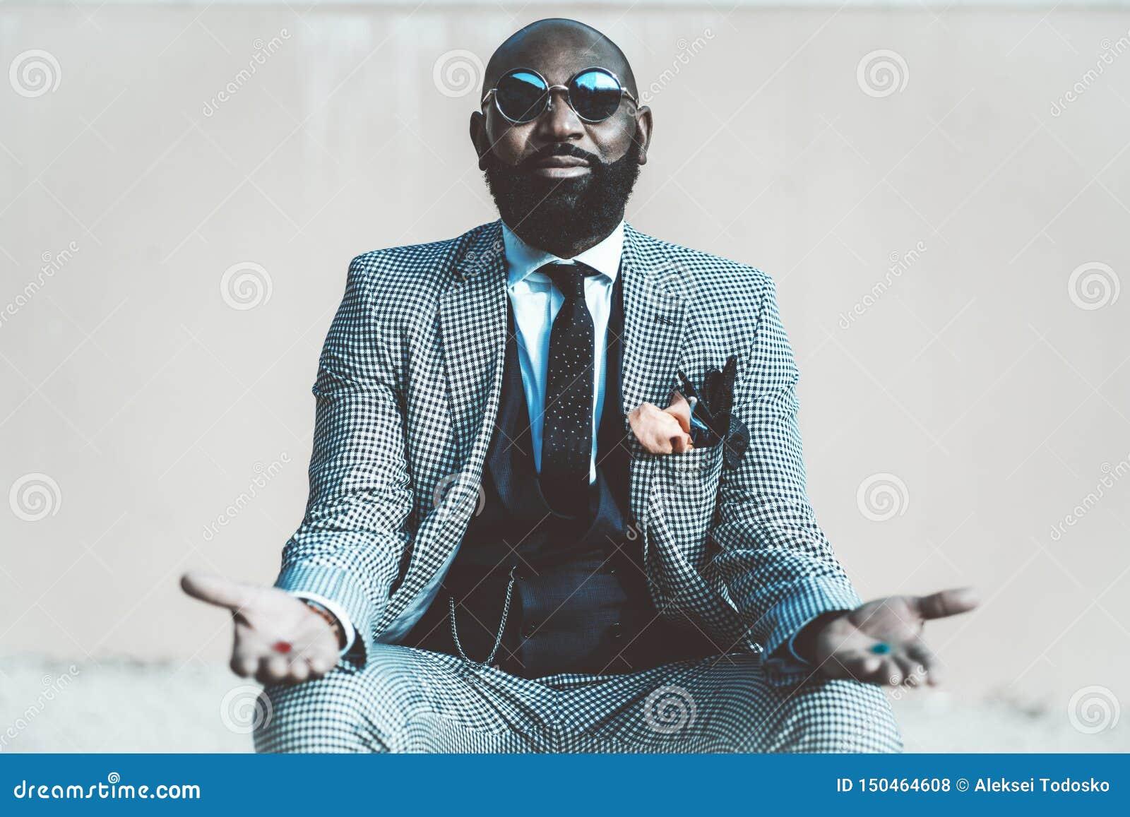 Afrykański mężczyzna z czerwonymi i błękitnymi pigułkami