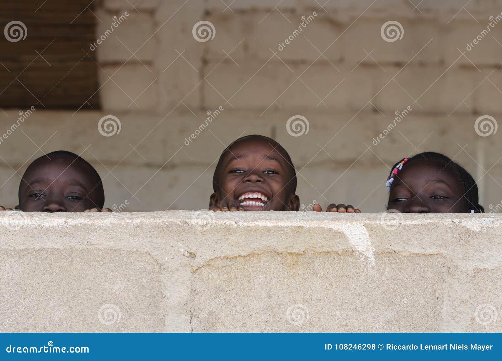 Afrykańskie chłopiec i dziewczyny Ma zabawę Outdoors Śmia się