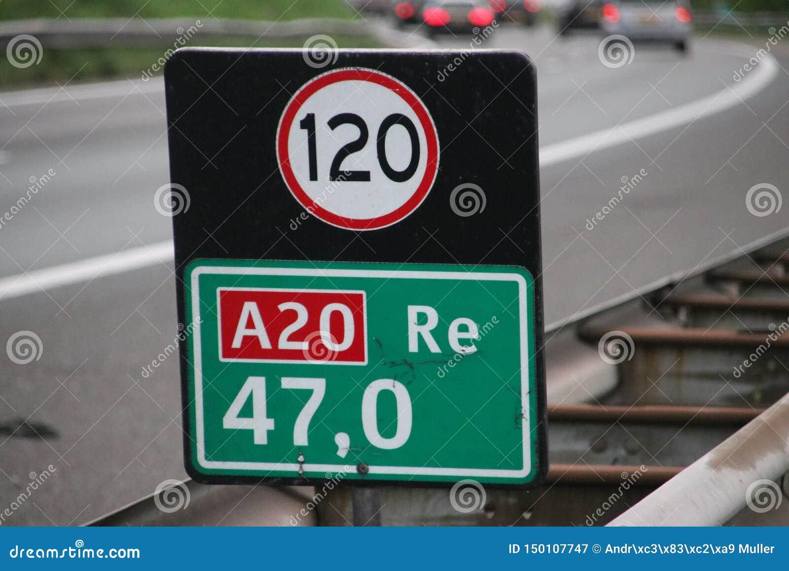 Afstandsteken bij Gouda van de autosnelwega20 rubriek met aandachtsteken voor snelheid in kilometers