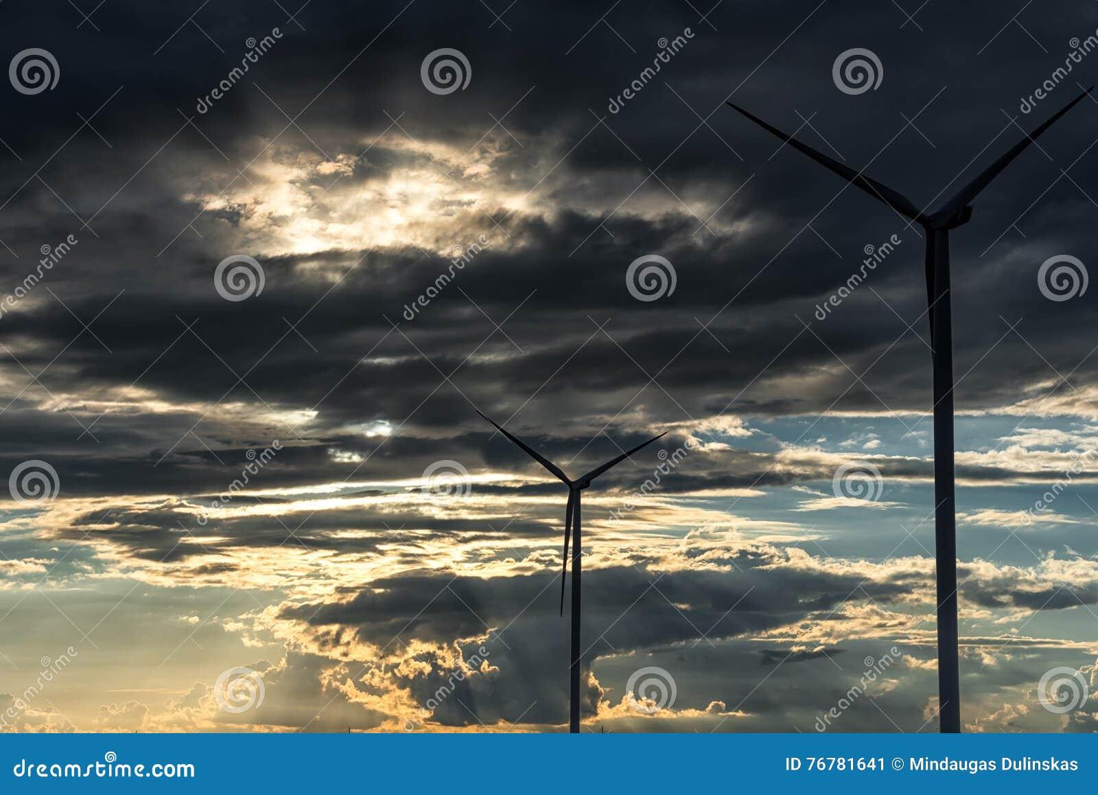 Afton stormiga molniga blåa Gray Sky Använd det som en bakgrund Väderkvarnar och solljus i förgrund