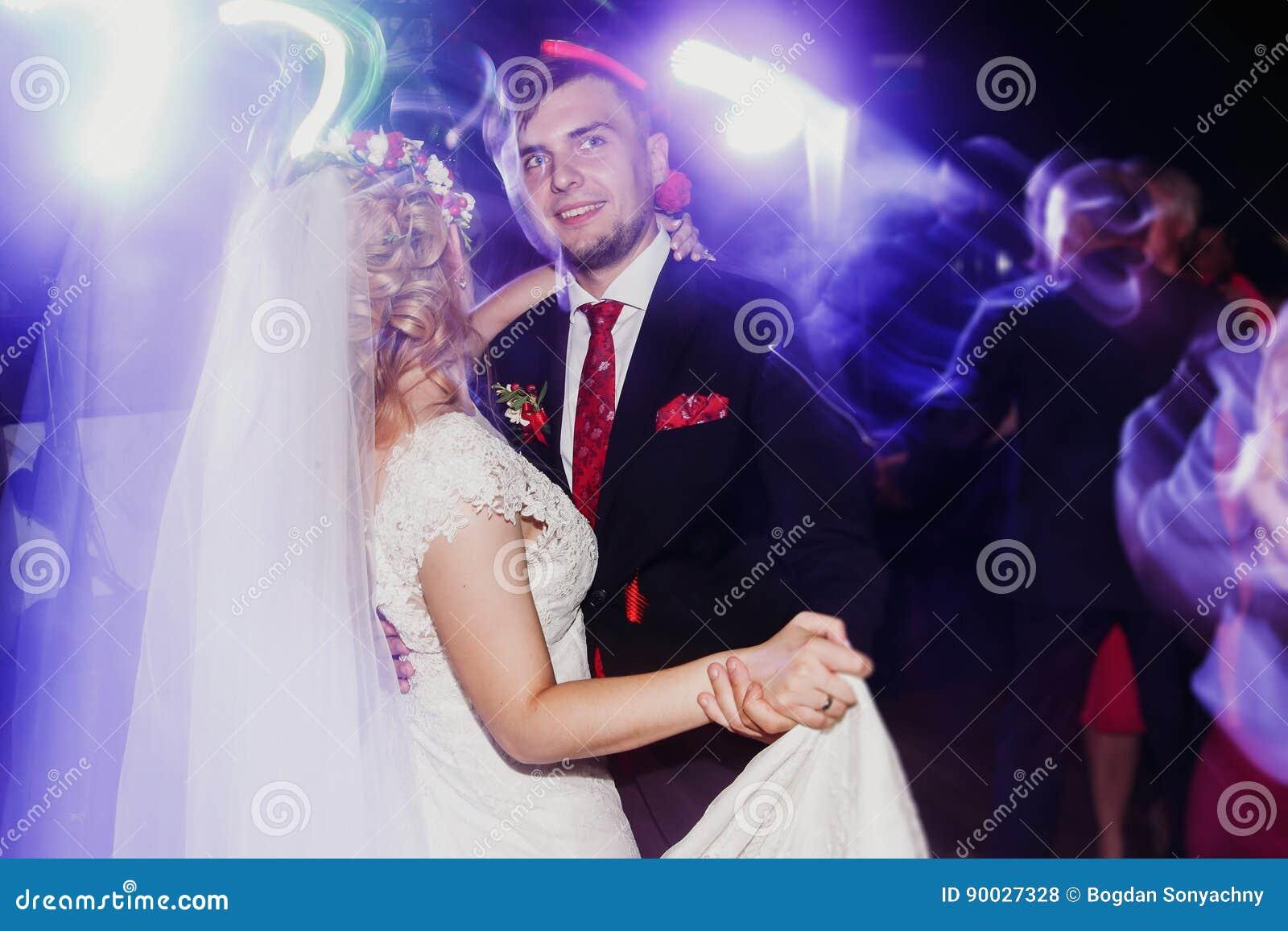 Aftondansparti - nygift personbrud- och brudgumdans på weddin