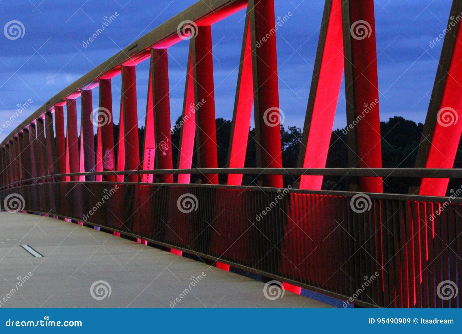 Aftonljus på två floder parkerar bron