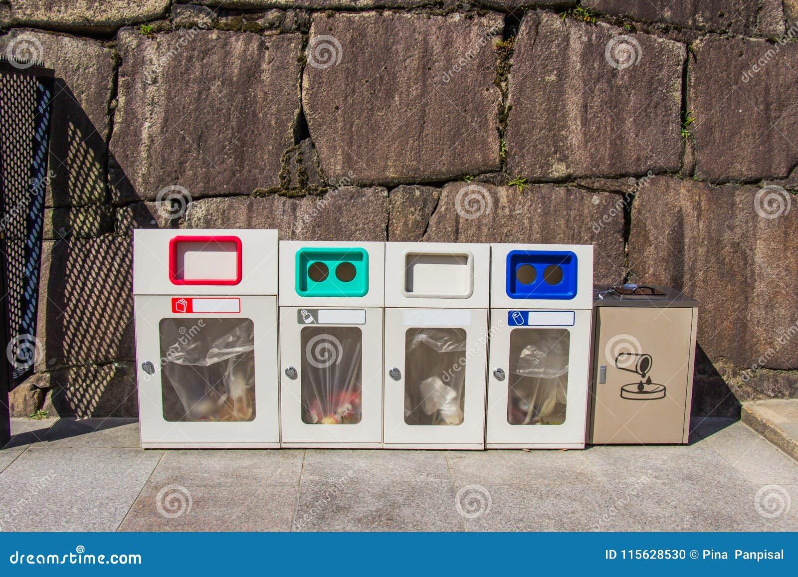 Afval elk type van huisvuil op kasteelgebied of belangrijke plaatsen, J