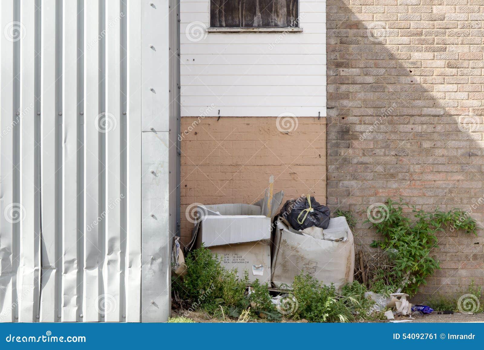 Afval naast een garagedeur