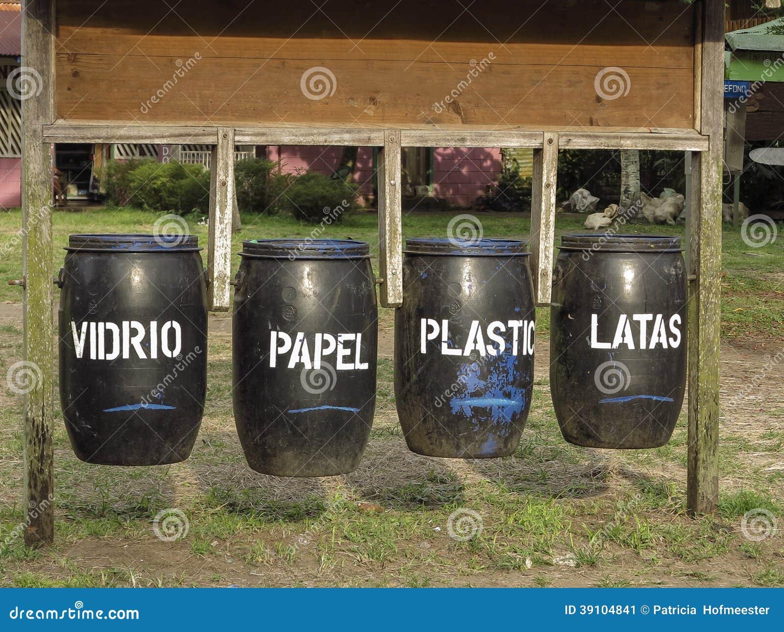 Afvalbakken voor recycling met Spaanse teksten