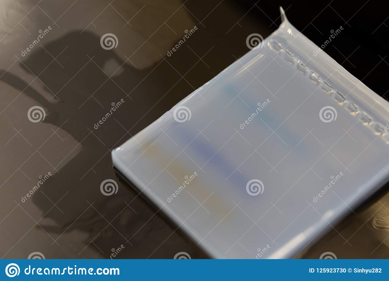 Agarose de gelelektroforese is een methode van gelelektroforese in biochemie, moleculaire biologie en genetica wordt gebruikt die