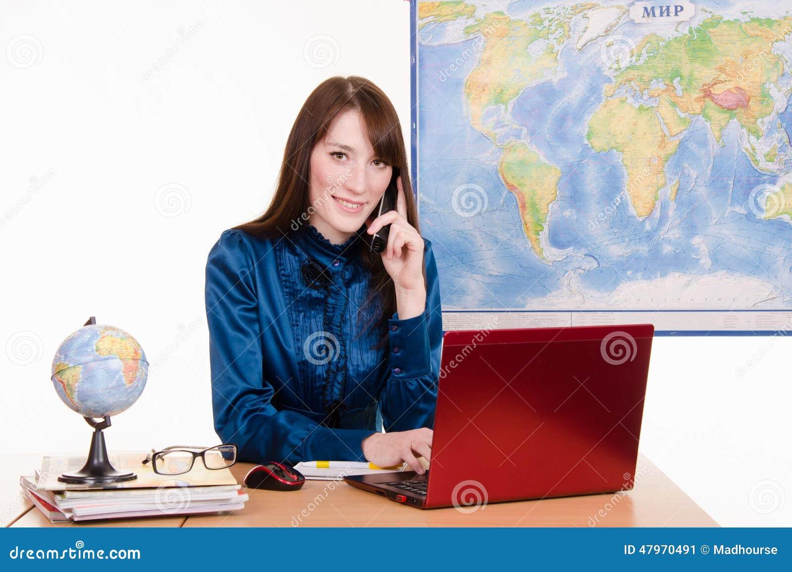 Agencja podróży pracownik opowiada na telefonie