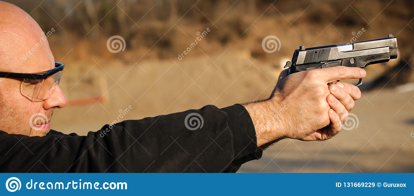 Agent de police et garde du corps dirigeant le pistolet pour se protéger contre l attaquant