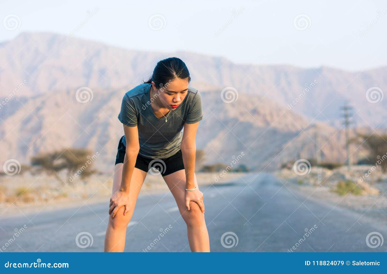 Agent die een rust op een woestijnweg nemen