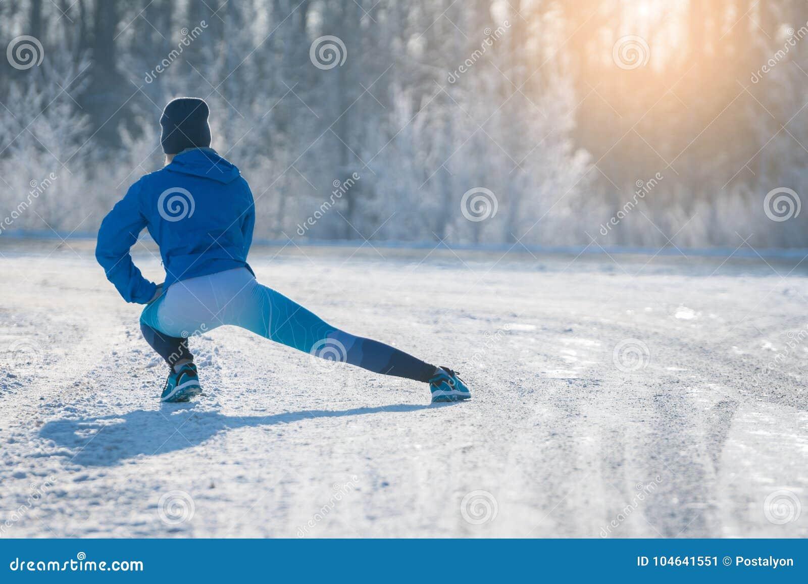 Download Agent Het Uitrekken Zich In De Winterpark Een Gezonde Manier Van Het Leven Stock Afbeelding - Afbeelding bestaande uit gezond, spieren: 104641551
