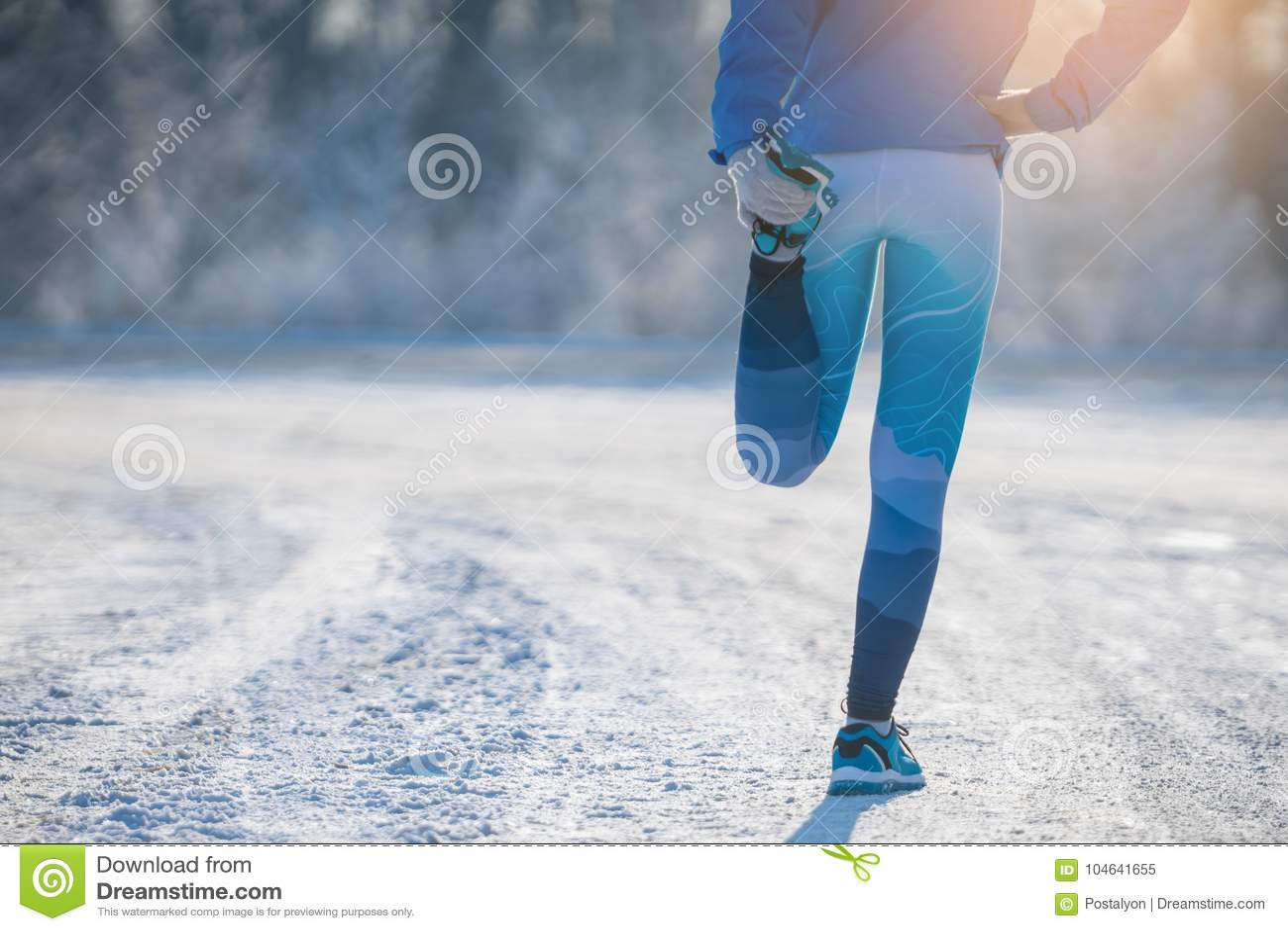 Download Agent Het Uitrekken Zich In De Winterpark Een Gezonde Manier Van Het Leven Stock Afbeelding - Afbeelding bestaande uit daling, opleiding: 104641655
