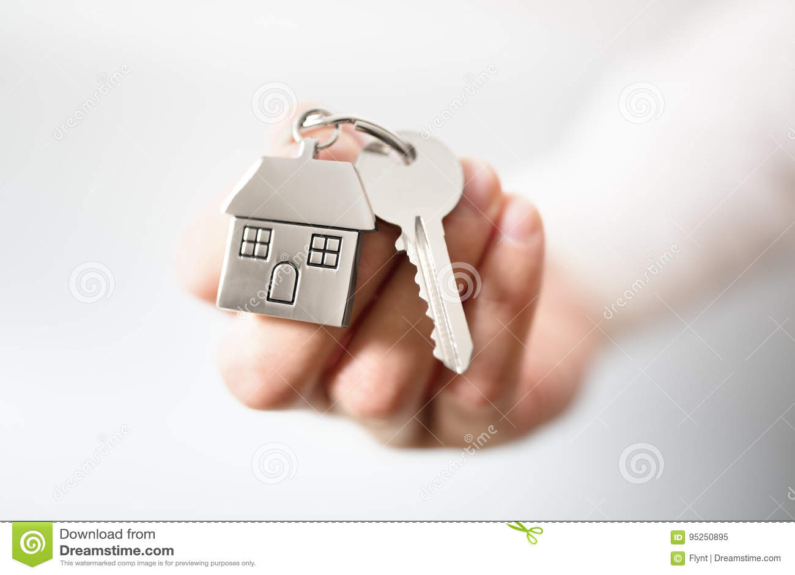 Agent immobilier réel donnant des clés de maison