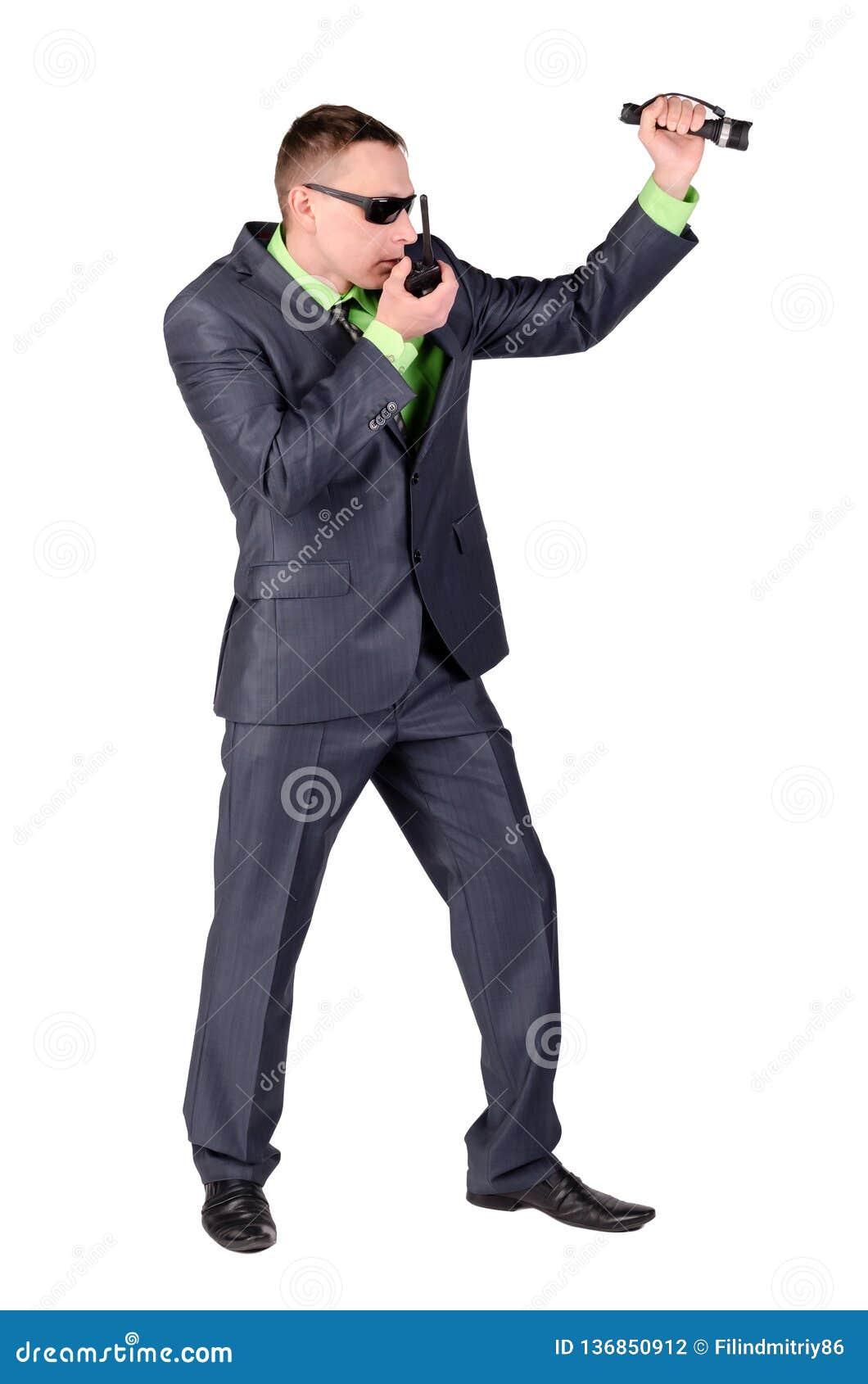 Agent ochrony opowiada na przenośnym urządzeniu odizolowywającym