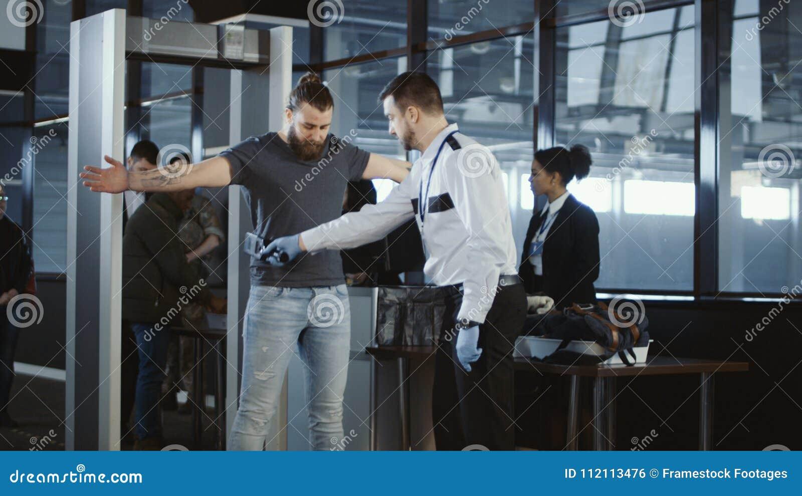 Agenta ochrony klepanie zestrzela męskiego pasażera