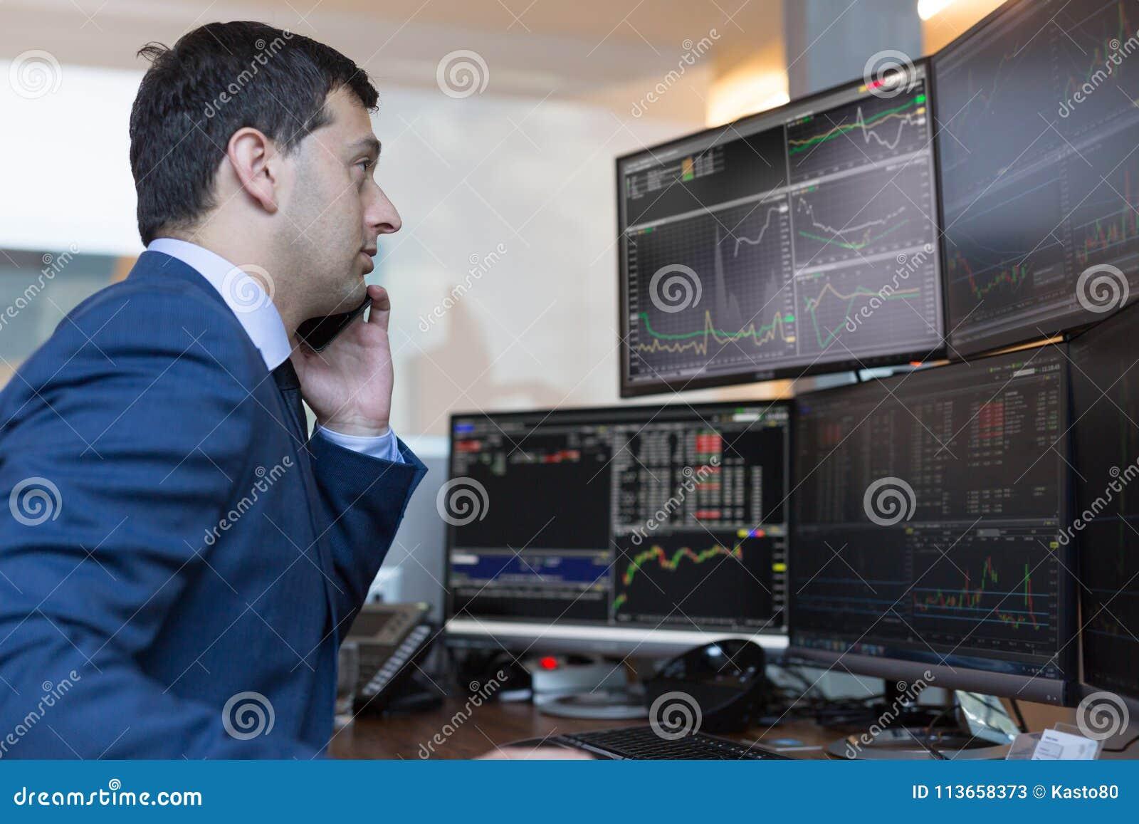 Agente De Bolsa Que Negocia Cartas Y Analisis De Datos En