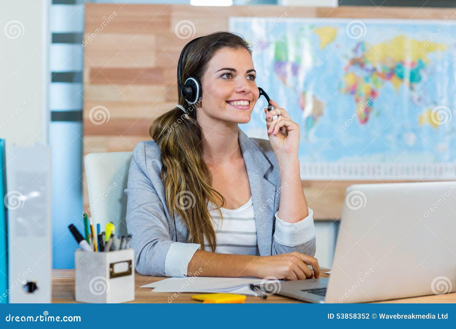 Agente de viajes bonito que habla al cliente