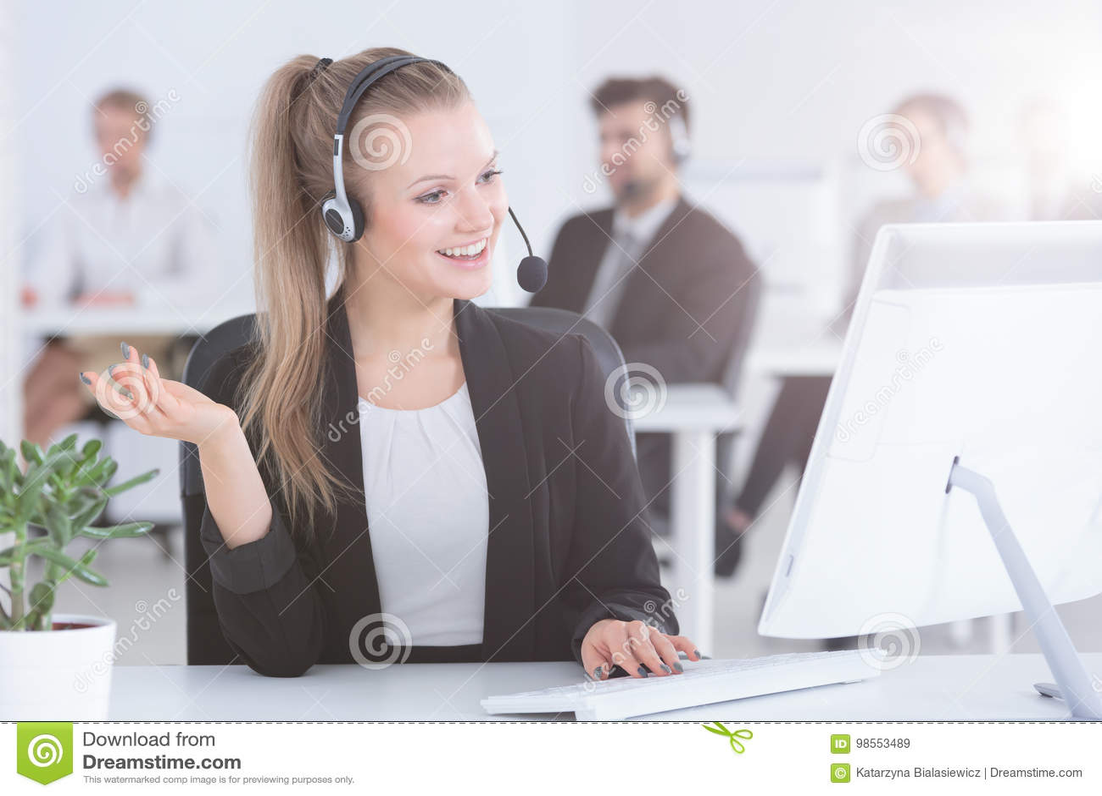 Agente della call center facendo uso del computer