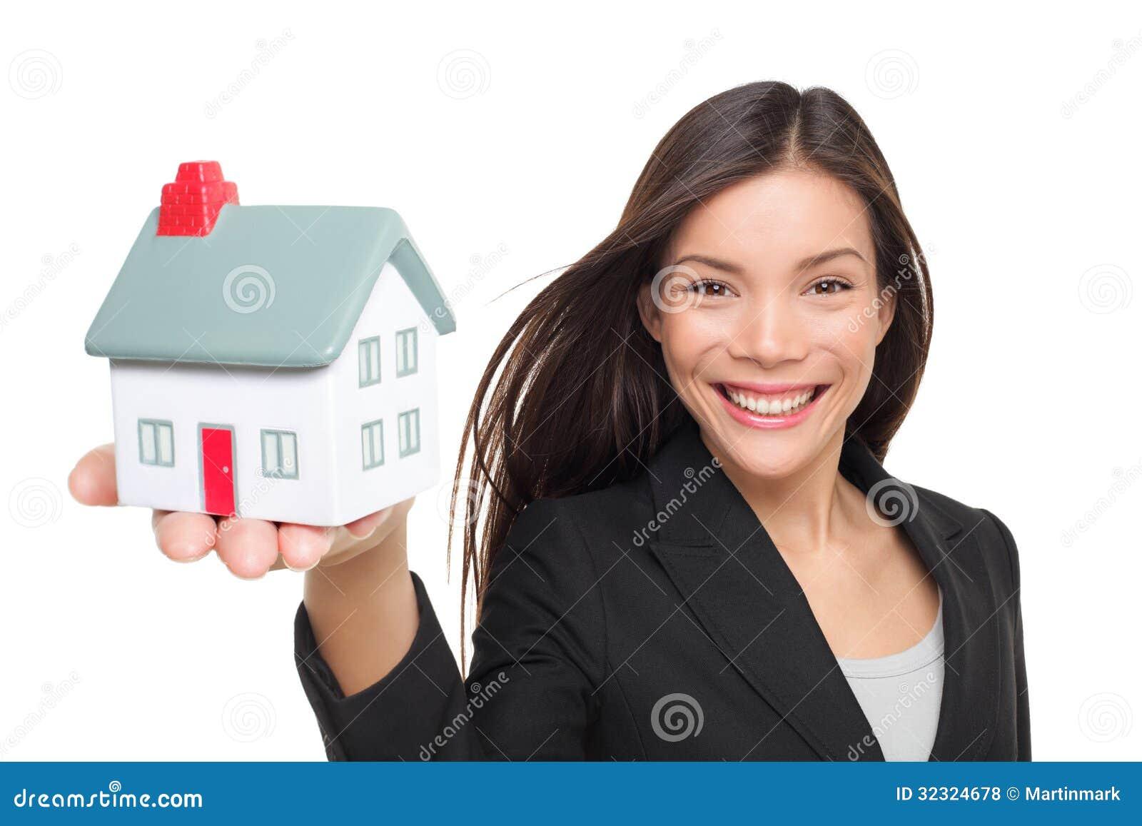 Agente immobiliare che vende la mini casa della tenuta domestica